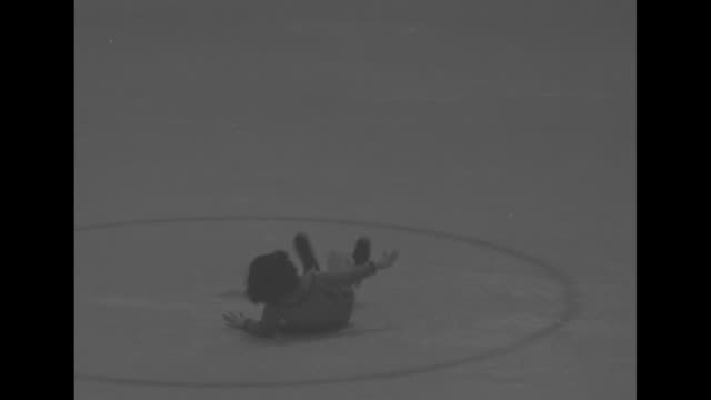 vidéos et rushes de three-year-old patricia cannon skates gingerly on indoor ice rink / she approaches camera, skating with one leg raised behind her / patricia tries to... - montréal