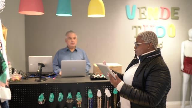 vídeos y material grabado en eventos de stock de los propietarios de la tienda thrift haciendo una reunión - 40 seconds or greater