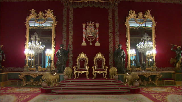 vídeos de stock, filmes e b-roll de ws td throne room, royal palace, madrid, spain - realeza