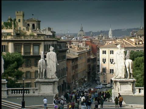 vídeos de stock e filmes b-roll de throng of tourists leaving piazza del campidoglio via the cordonata steps rome - arcaico