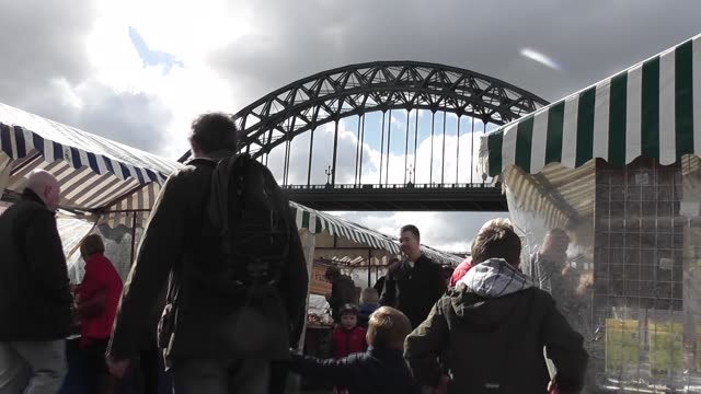 a through arch bridge over the river tyne in north east england linking newcastle upon tyne to gateshead - river tyne stock videos & royalty-free footage