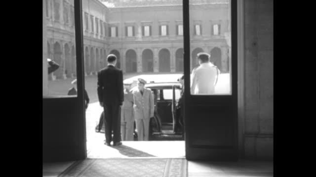 vidéos et rushes de pov through doorway as gen matthew ridgway supreme allied commander europe arrives shakes hands with officials / cu guard in formal dress uniform... - uniforme militaire