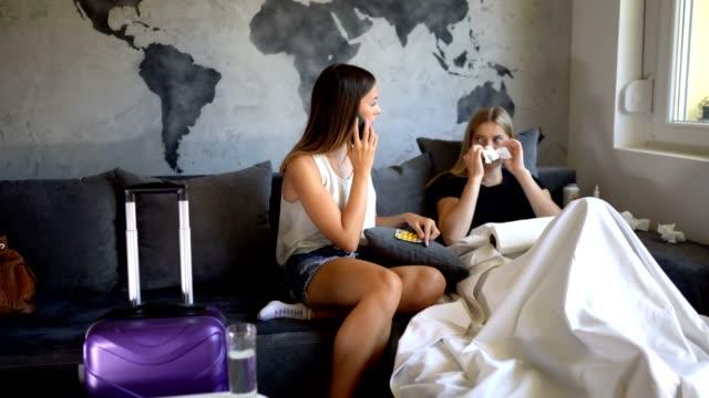 vídeos de stock, filmes e b-roll de através da doença com seu amigo - vírus da gripe