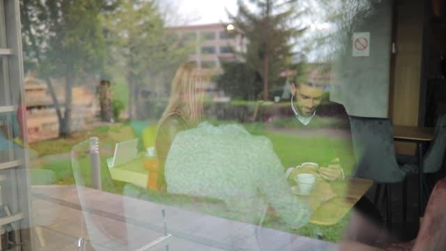 コーヒーショップの窓から - indoors点の映像素材/bロール