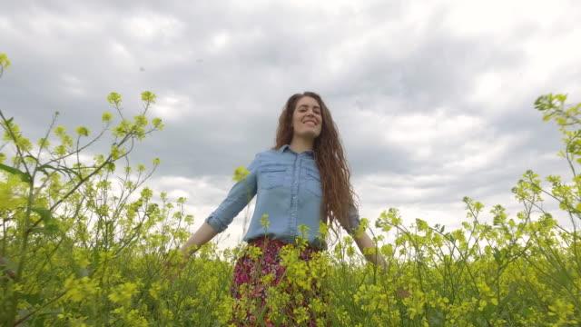 vidéos et rushes de à travers l'étendue jaune - vie sociale