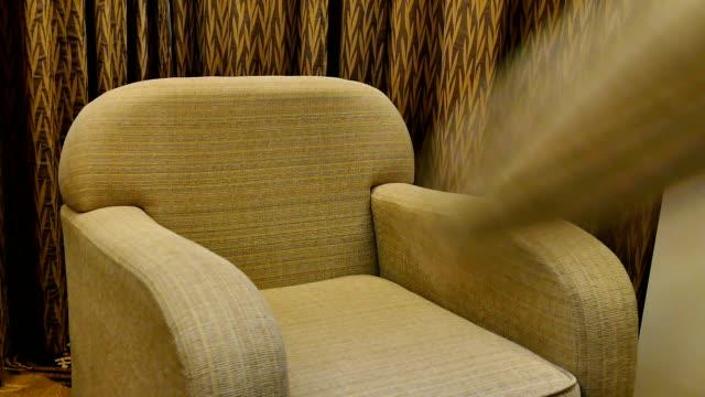 vídeos de stock e filmes b-roll de deite almofadas no sofá - almofada roupa de cama