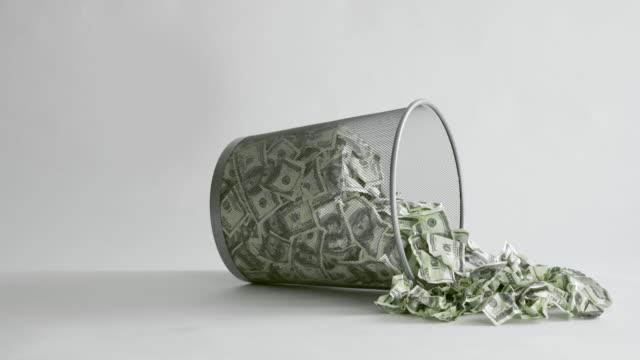 vídeos y material grabado en eventos de stock de tirar billetes de dólares estadounidenses en un contenedor de basura - billete de cinco dólares estadounidense