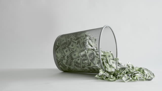throwing american dollars bills into trash bin - banconota da 10 dollari statunitensi video stock e b–roll