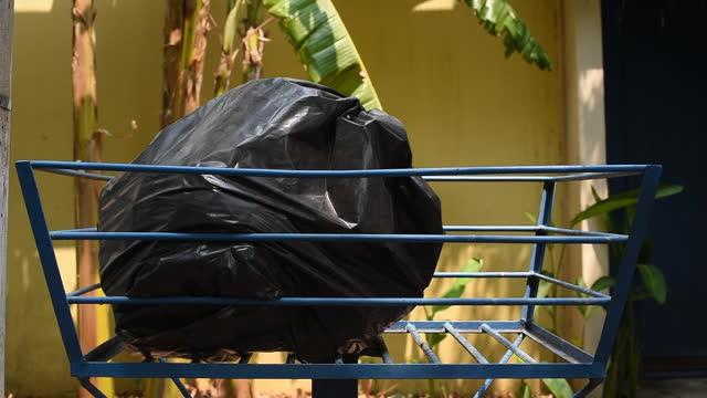 ゴミ袋を捨てる - ゴミ袋点の映像素材/bロール