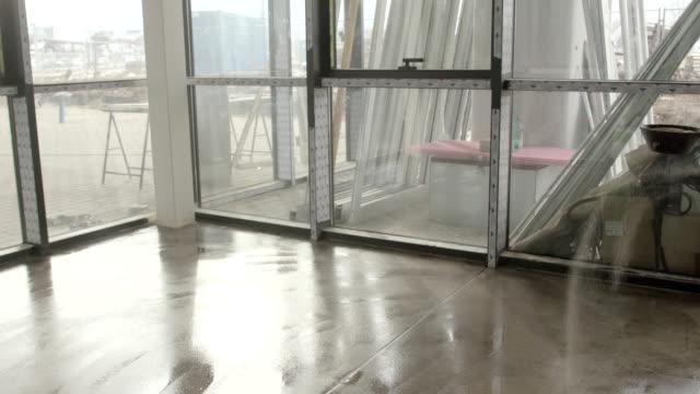 rivestimento del pavimento del truciolo di lancio su rivestimento in resina e colla - sigillante video stock e b–roll