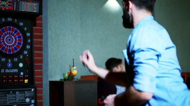 ダーツを投げる - ダーツバー点の映像素材/bロール