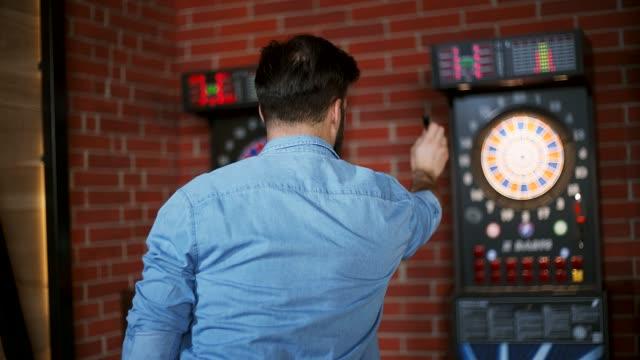 vídeos de stock, filmes e b-roll de jogando dardos - competition round