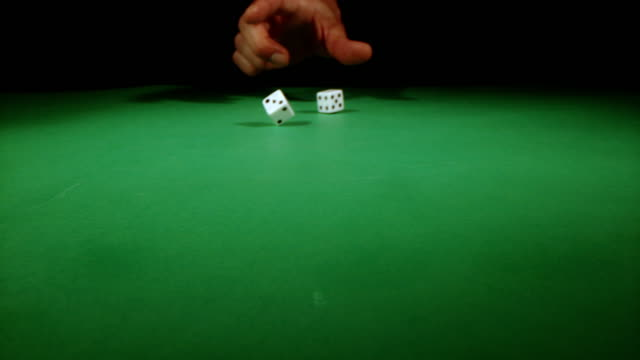 vídeos de stock e filmes b-roll de slo mo throwing dices on a gambling table - rolar