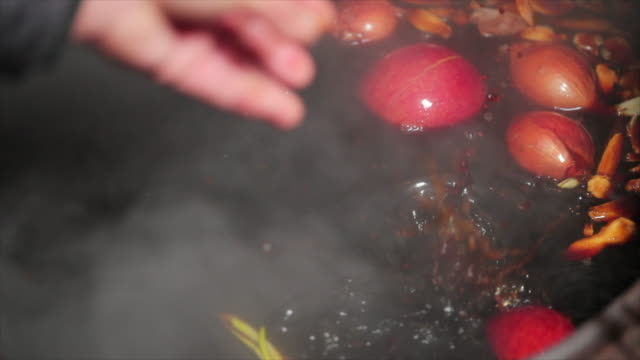 stockvideo's en b-roll-footage met throwing onions into the soy sauce - gooien
