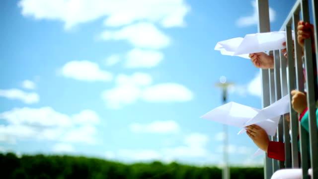vídeos y material grabado en eventos de stock de tirando avión de papel - avión de papel