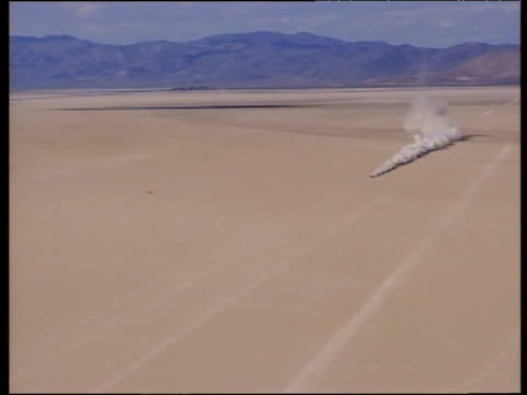 thrust ssc creates dust cloud during high speed test run in black rock desert seen from microlight above nevada 1997 - ネバダ州点の映像素材/bロール