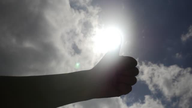 vídeos de stock, filmes e b-roll de thumbs up and sunlight - boa postura