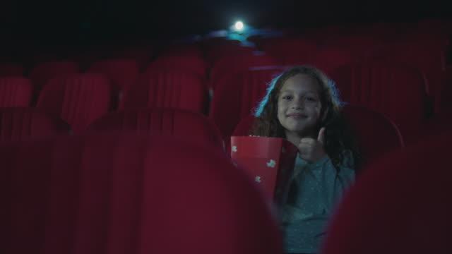 pollice in su per un film interessante - proiezione evento pubblicitario video stock e b–roll