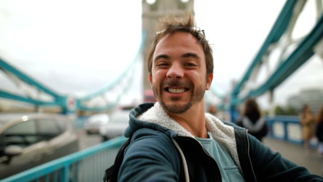 vidéos et rushes de thumbs up pour londres - un seul homme