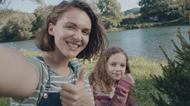 vídeos de stock e filmes b-roll de thumbs up for selfie! - 8 9 anos