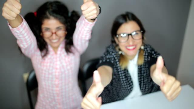 成功のための親指 - 親指を立てる点の映像素材/bロール