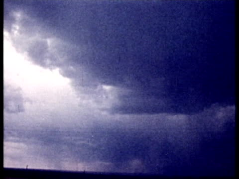 vidéos et rushes de 1975 montage ws thunder clouds and fork lightning / united states / audio  - cumulonimbus