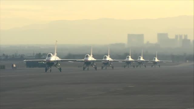vídeos de stock, filmes e b-roll de thunderbirds moving at the airport - nellis air force base
