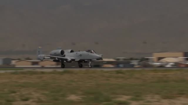 thunderbolt ii aircraft take off from bagram airfield afghanistan - バグラム点の映像素材/bロール