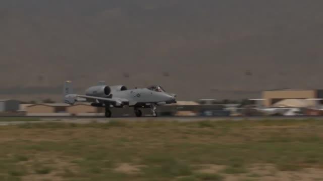 thunderbolt ii aircraft take off from bagram airfield afghanistan - バグラム空軍基地点の映像素材/bロール