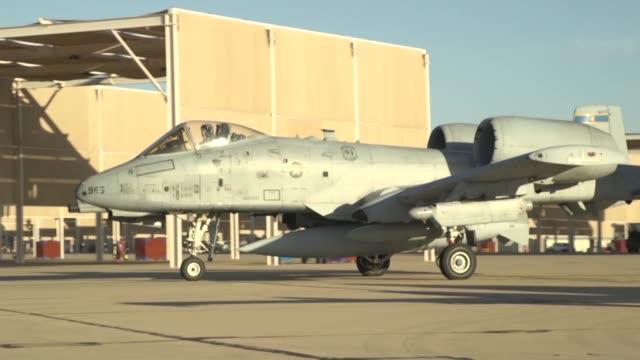 thunderbolt take offs during exercise at davis monthan air force base tucson arizona - 米軍点の映像素材/bロール