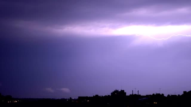 stockvideo's en b-roll-footage met onweersbui boven stad - zigzagbliksem