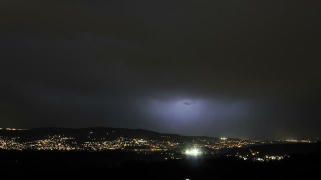 vídeos y material grabado en eventos de stock de thunderstorm and lightning - tormenta eléctrica