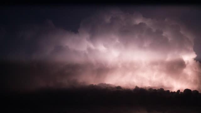 vídeos de stock, filmes e b-roll de nuvens de tempestade com raios à noite - atmosphere filter
