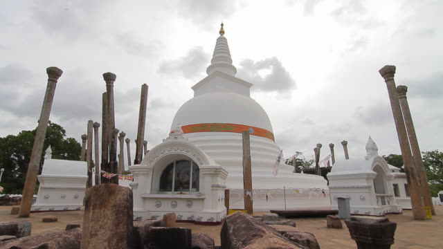 ms thuparama dagoba, first dagaba built in sri lanka after introduction of buddhism, contains collarbone of buddha / anuradhapura, north central province, sri lanka - spira tornspira bildbanksvideor och videomaterial från bakom kulisserna