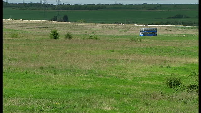 thurrock thameside nature park; england: essex: thurrock thameside nature park: ext thames estuary mudflats pull out / thames estuary with cranes /... - エセックス州点の映像素材/bロール