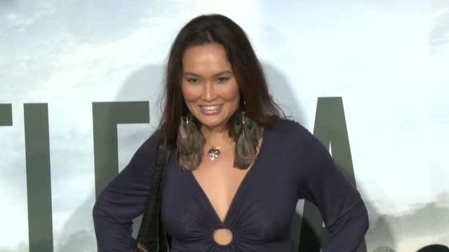 stockvideo's en b-roll-footage met tia carrere at the battle: los angeles premiere at los angeles ca. - tia carrere