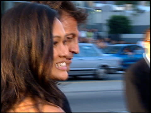 vidéos et rushes de tia carrere at the 'men in black' premiere at the cinerama dome at arclight cinemas in hollywood california on june 25 1997 - 1997