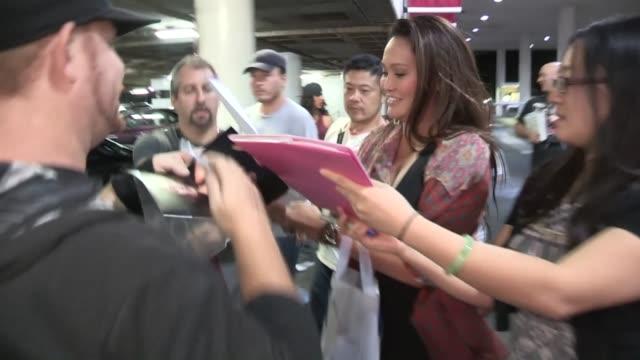 vídeos de stock, filmes e b-roll de tia carrere greets fans at get lucky for lupus in los angeles 09/13/12 - tia carrere