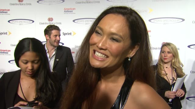 vídeos de stock, filmes e b-roll de tia carrere on what brings her out why cedarssinai is such a wonderful place to support and looking forward to meeting troy polamalu at the... - tia carrere