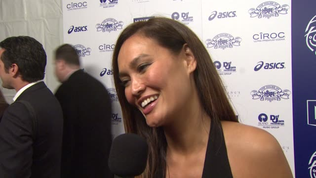 vídeos de stock, filmes e b-roll de tia carrere on winning a grammy and hosting the preshow being a hugger but loving to kiss her daughter at the nivea at the island def jam 2009... - tia carrere