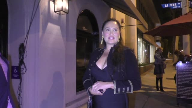 vídeos de stock, filmes e b-roll de interview tia carrere talks about her new series aj the queen the brett kavanaugh hearing outside craig's in west hollywood in celebrity sightings in... - tia carrere