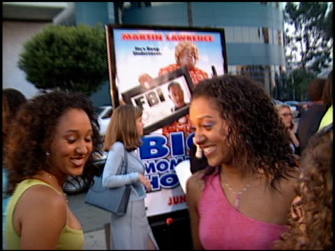 vídeos de stock e filmes b-roll de tia mowry at the 'big momma's house' premiere at the cinerama dome at arclight cinemas in hollywood, california on may 31, 2000. - tia