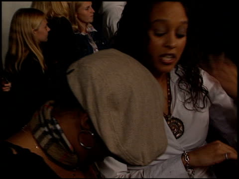 vídeos de stock e filmes b-roll de tia mowry at the 'jackass: the movie' premiere at the cinerama dome at arclight cinemas in hollywood, california on october 21, 2002. - tia
