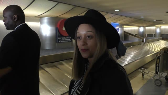 vídeos de stock e filmes b-roll de tia mowry talks about prince as she arrives at lax airport in los angeles in celebrity sightings in los angeles, - tia