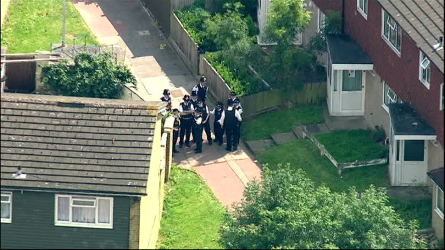 aerials of house england london new addington aerials of house and police on ground / aerials of group of police / aerials of police in garden /... - spitz stock-videos und b-roll-filmmaterial