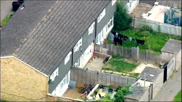 vídeos de stock, filmes e b-roll de body found in grandmother's house; england: london: croydon: new addington: ext air view / aerial tia sharp's grandmother's house - afiado
