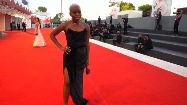 vídeos de stock, filmes e b-roll de tia taylor arrives on the red carpet ahead of the 'le sorelle macaluso ' screening during the 77th venice film festival on september 09 2020 in... - festival de cinema