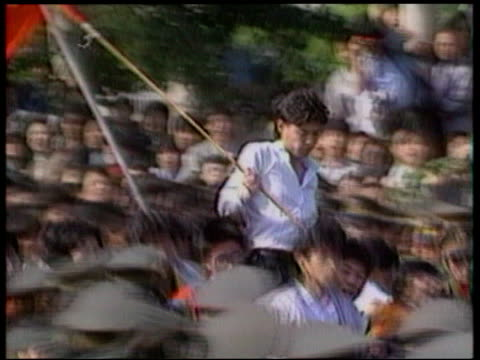 tian an men square anniversary lib mat held bureau then student leader wuer caixi carried along on peoples shoulders during protests pan wuer caixi... - kommode stock-videos und b-roll-filmmaterial