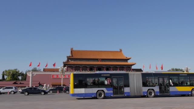 vídeos de stock, filmes e b-roll de tiananmen, beijing, china - portão da paz celestial de tiananmen