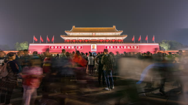 T/L WS-LA-TU-Tiananmen-Tor und Touristen in der Nacht / Peking, China